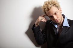 白肤金发的英俊的人纵向时髦的诉讼 免版税图库摄影