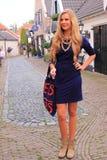 白肤金发的荷兰妇女街道时尚 免版税图库摄影