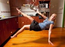 白肤金发的落的女孩厨房 库存照片