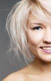 白肤金发的蓝色特写镜头注视愉快 库存照片