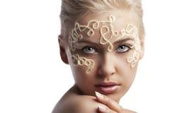 白肤金发的表面女孩她的字符串羊毛 库存图片