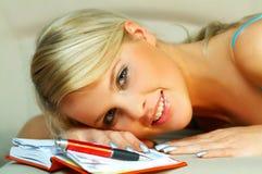白肤金发的记事本妇女 免版税库存图片