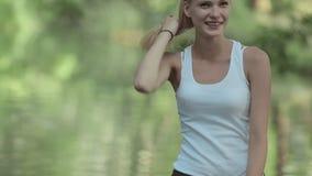 年轻白肤金发的身分在湖的水中 股票视频