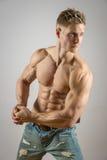 白肤金发的运动人的腹肌 库存图片