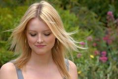 白肤金发的逗人喜爱的夫人年轻人 免版税库存图片