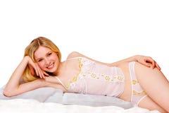 白肤金发的逗人喜爱的女孩内衣空白&# 免版税库存图片