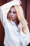 白肤金发的逗人喜爱的女孩时尚神色 免版税库存图片