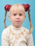 白肤金发的逗人喜爱的女孩头发猪尾 库存图片