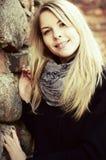 白肤金发的逗人喜爱的纵向俏丽的妇女 库存照片