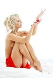 白肤金发的露胸部瓣玫瑰色的温泉 库存照片