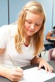 白肤金发的青少年的女孩在学校 免版税库存图片
