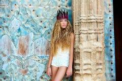白肤金发的青少年的女孩游人在地中海老镇 免版税库存图片