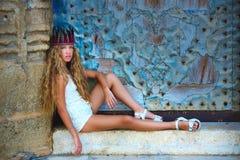 白肤金发的青少年的女孩游人在地中海老镇 库存图片