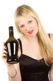 白肤金发的饮料女孩提供的年轻人 免版税库存图片
