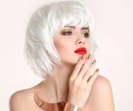 白肤金发的鲍伯发型 金发 时尚秀丽女孩画象 免版税库存图片