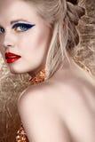 白肤金发的黑暗的眼影膏妇女 皇族释放例证