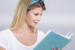 白肤金发的读取妇女 免版税库存图片