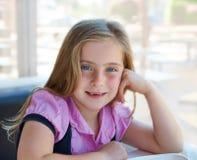 白肤金发的轻松的愉快的孩子女孩表示蓝眼睛 图库摄影