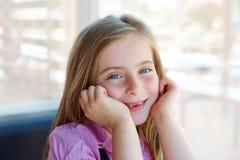 白肤金发的轻松的愉快的孩子女孩表示蓝眼睛 库存照片