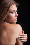白肤金发的年轻秀丽妇女画象演播室后面外形 免版税库存照片