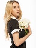 白肤金发的年轻美丽的妇女特写镜头画象  免版税库存照片
