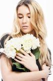白肤金发的年轻美丽的妇女特写镜头画象  免版税图库摄影