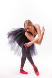 白肤金发的年轻美丽的跳芭蕾舞者被隔绝在白色背景 库存图片
