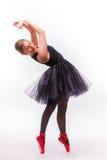 白肤金发的年轻美丽的跳芭蕾舞者被隔绝在白色背景 免版税库存图片