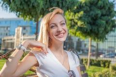 白肤金发的20s女性在城市公园天 免版税图库摄影