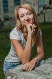 白肤金发的20s女性在城市公园天 免版税库存图片