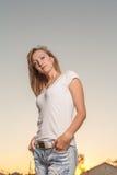 白肤金发的20s妇女肩膀天空 免版税图库摄影
