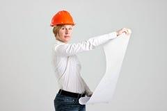 年轻白肤金发的Architectress举行体系结构计划 图库摄影