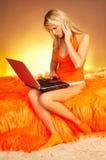 白肤金发的compu膝上型计算机性感使用 免版税图库摄影
