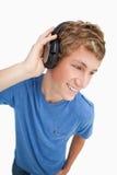 白肤金发的fisheye耳机供以人员视图佩带 免版税库存照片
