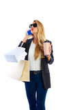 白肤金发的shopaholic妇女袋子和智能手机 图库摄影