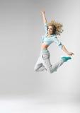 白肤金发运动员跳舞和跳跃 图库摄影
