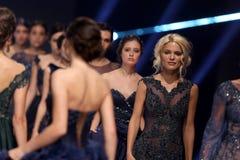 白肤金发索非亚时尚星期女性的模型 免版税库存照片