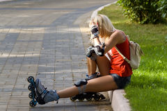 白肤金发rollerblading 免版税库存图片