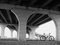 黑白自行车在桥梁下 库存照片