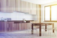 白色、木餐厅和被定调子的厨房角落 库存照片