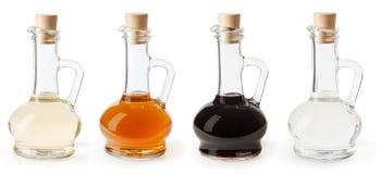白色、苹果汁和香醋在白色隔绝的玻璃瓶 免版税库存照片