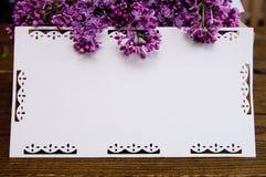 白色丁香花束在一张木桌上的 免版税库存照片