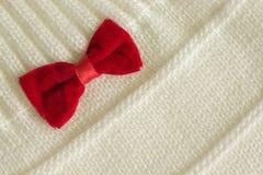 白色与一把红色弓的被编织的织品 库存图片