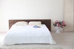 白色与床的卧室明亮的内部 库存图片