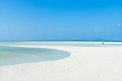 白色与清楚的蓝天,热带日本的沙子热带海滩 免版税库存图片