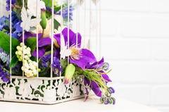 白色与美丽的花的葡萄酒装饰鸟笼 免版税库存照片