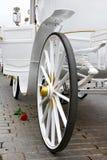 白色专属婚礼支架与上升了 免版税图库摄影