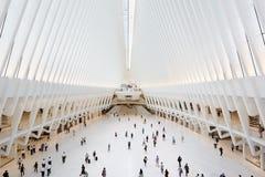 白色世界贸易中心的Oculus内部与人的在纽约 库存照片