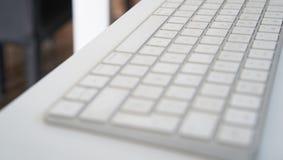 白色个人计算机键盘ina桌 免版税库存照片