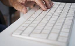白色个人计算机键盘ina桌 免版税图库摄影